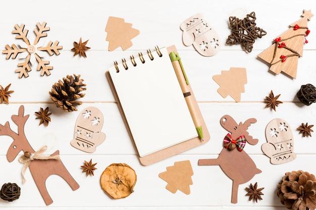 Caderno de vista superior em decorações de natal feitas de madeira.