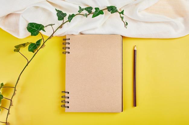Caderno de vista superior plana leiga, notas com flores família futura, casa, objetivos de vida e plano ou começando um novo negócio, conceito de planejamento, mock up.