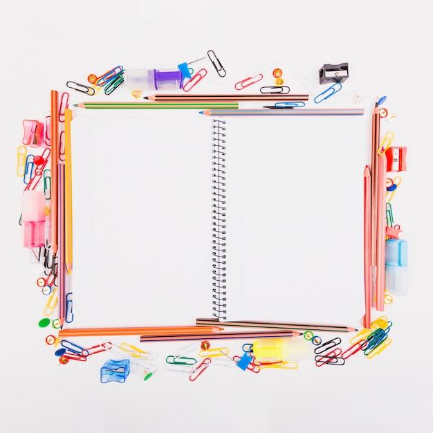 Caderno deitado com papelaria da escola
