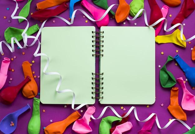 Caderno descoberto para registros festivo roxo fundo colorido balões flâmulas