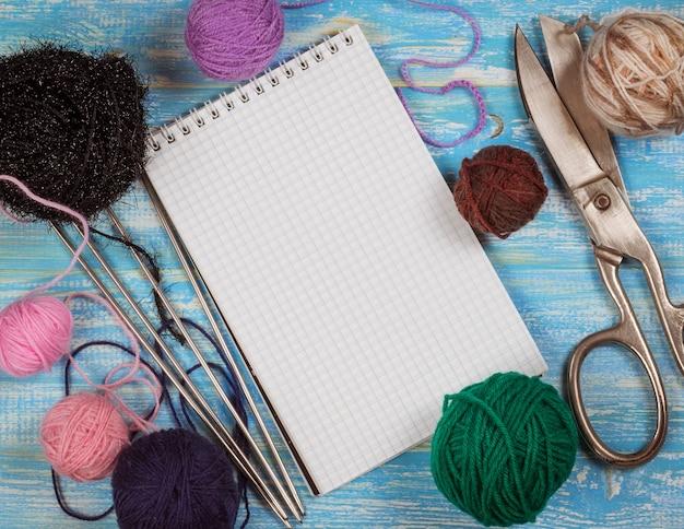 Caderno e acessórios para tricô de lã, vista superior