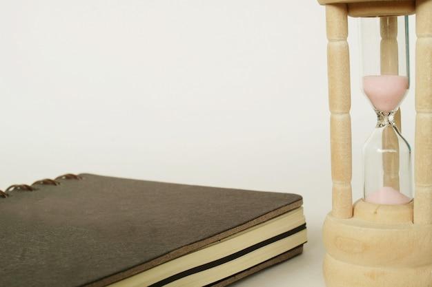 Caderno e ampulheta, tempo e memórias.