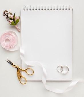 Caderno e anéis do espaço vazio da vista superior