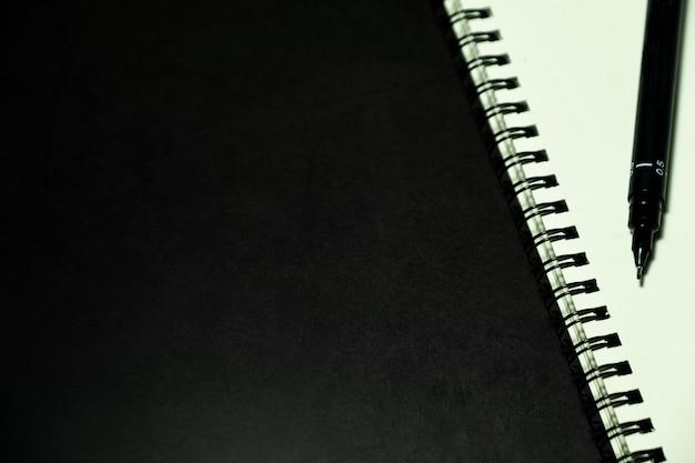 Caderno e caneta de página em branco