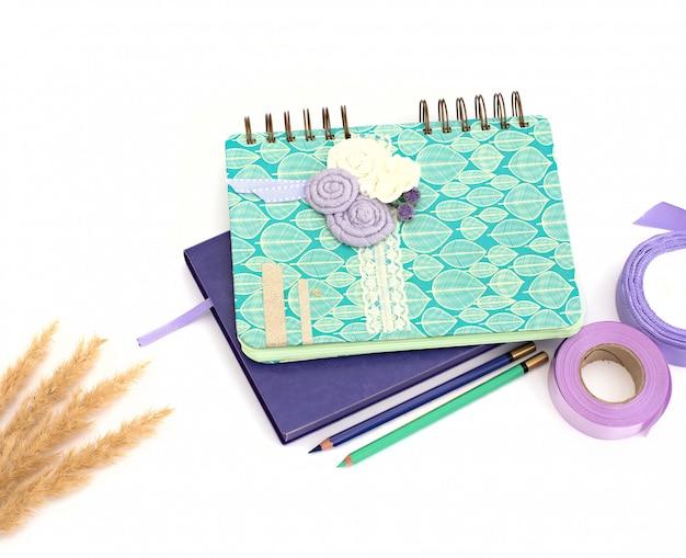 Caderno e caneta no fundo branco