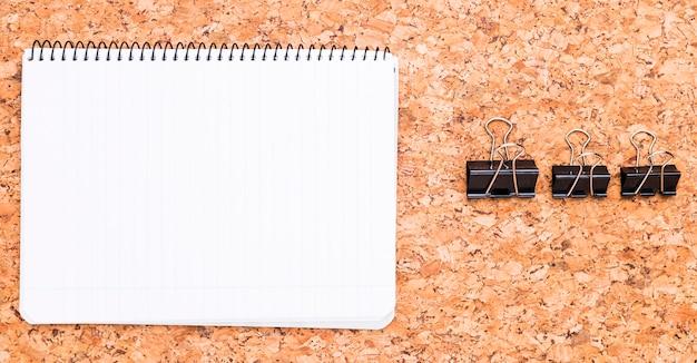 Caderno e clipes de fichário