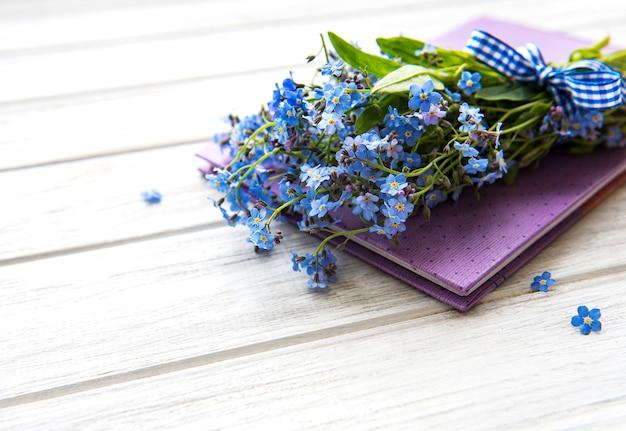 Caderno e flores de miosótis