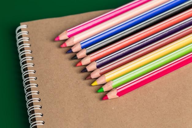 Caderno e lápis de cor