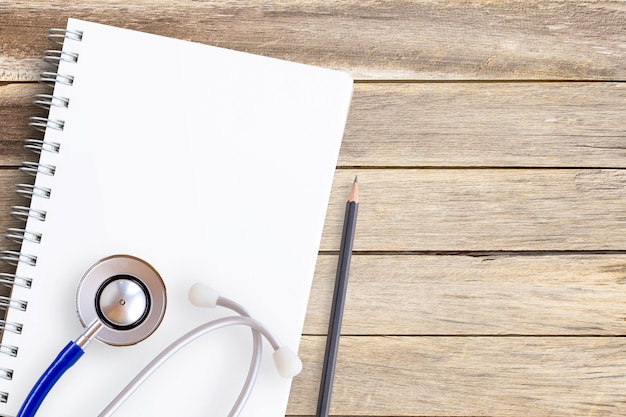 Caderno e lápis sobre um fundo de mesa de madeira clara
