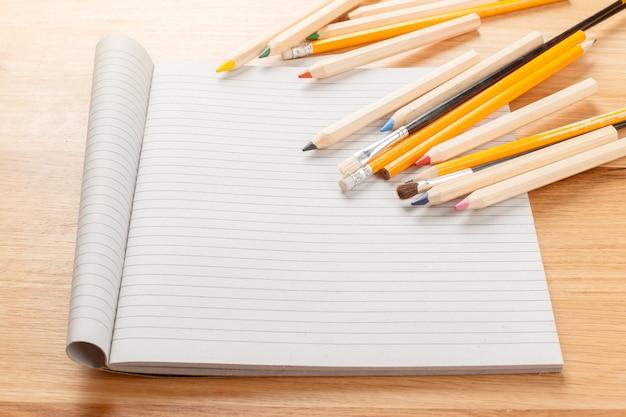 Caderno e lápis