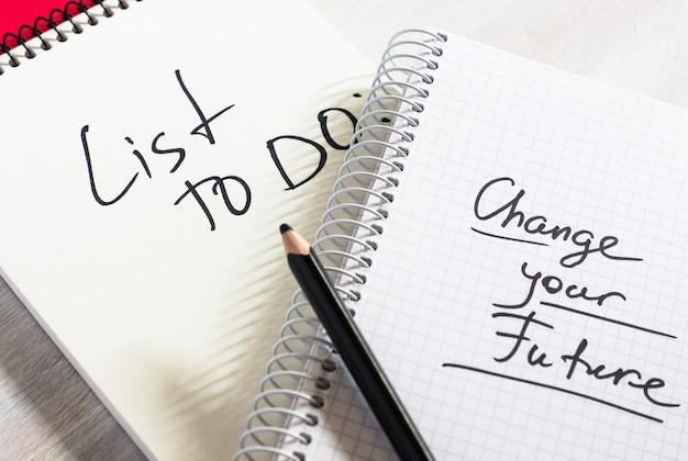 Caderno e nota de escrita com uma lista