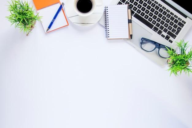 Caderno e óculos no laptop colheita perto de café