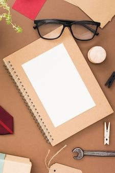 Caderno e óculos