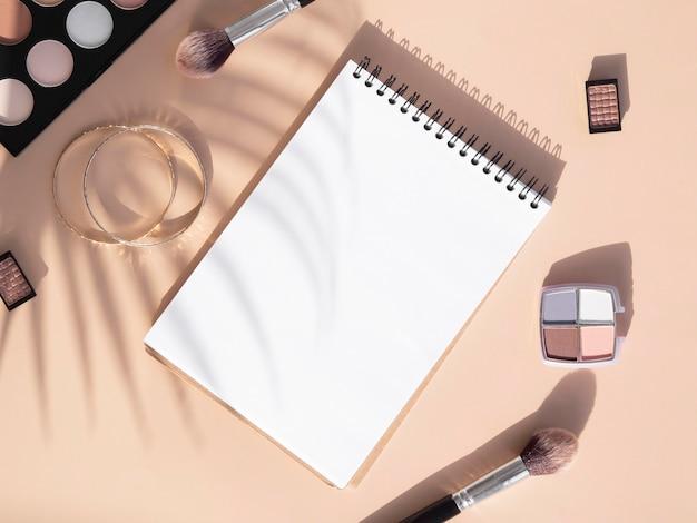 Caderno e pacote de cosméticos de beleza