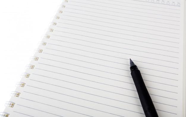 Caderno e pena no fundo branco
