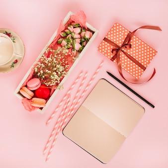 Caderno e presente perto de sobremesa e copo