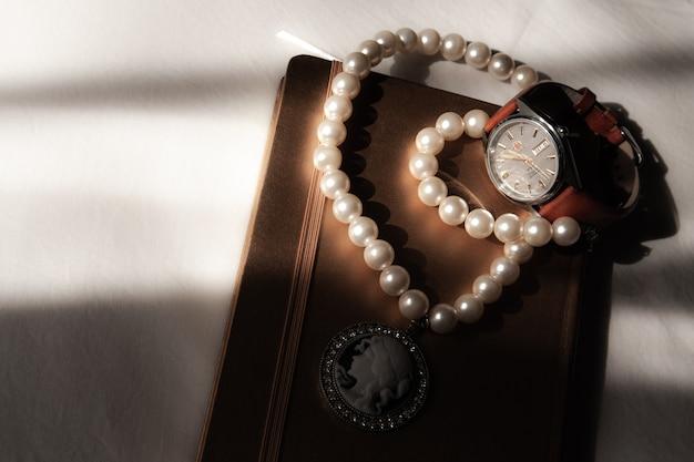 Caderno e relógio de pulso