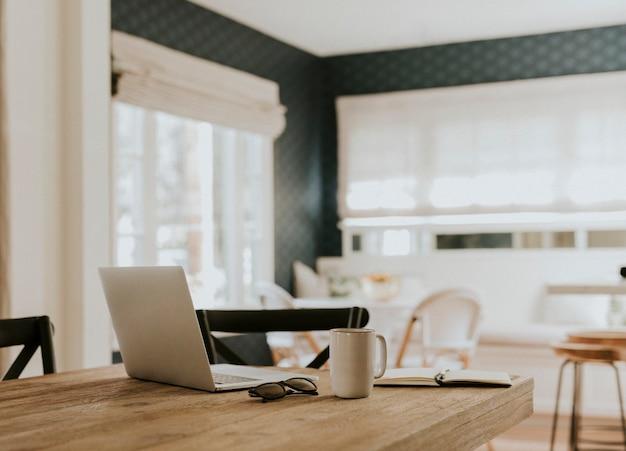 Caderno e uma xícara de café em uma mesa de madeira