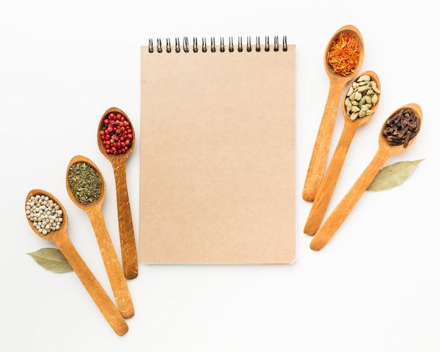 Caderno e variedade de especiarias