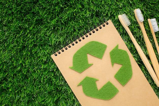 Caderno ecológico com escovas de dentes