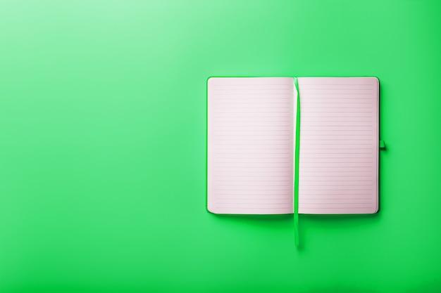 Caderno em branco aberto