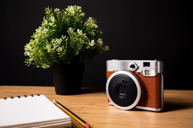 Caderno em branco com câmera vermelha
