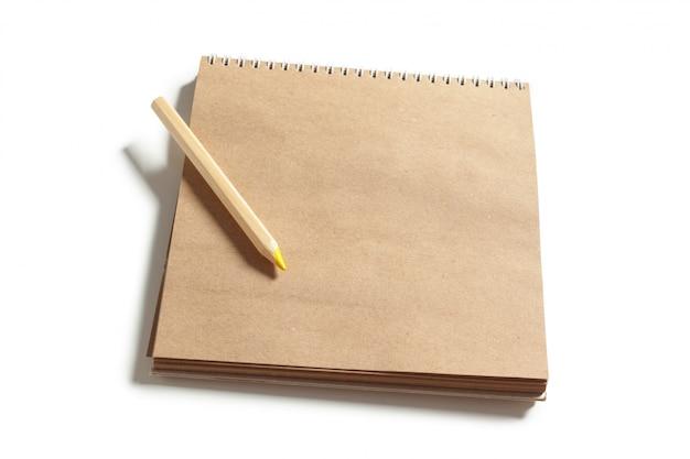 Caderno em branco com lápis de madeira