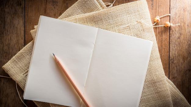 Caderno em branco com lápis