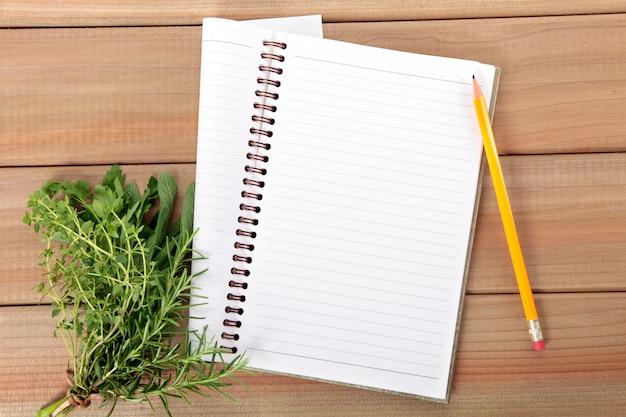Caderno em branco com um monte de ervas