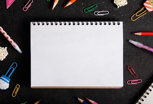Caderno em branco da vista superior e artigos de papelaria. volta às aulas, aprendizagem, conceito de educação
