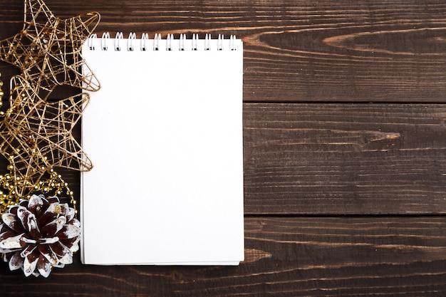 Caderno em branco de natal na mesa de madeira marrom