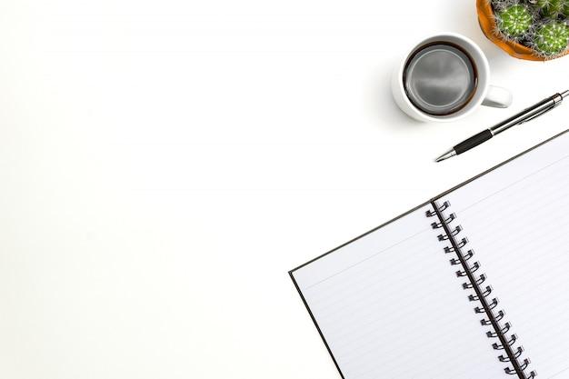 Caderno em branco de vista superior, caneta e óculos em fundo branco de mesa