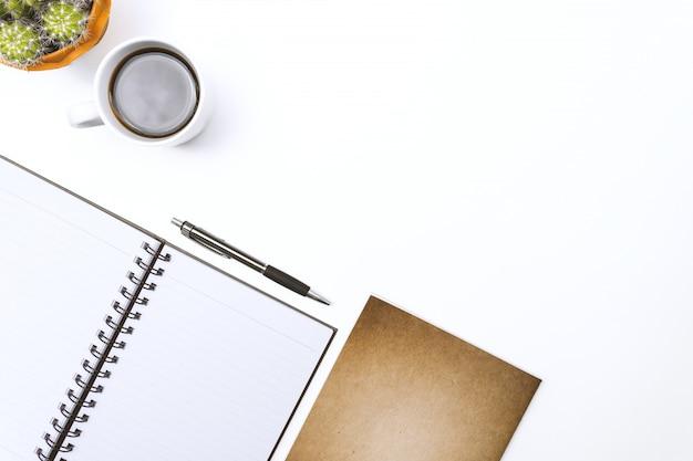 Caderno em branco de vista superior, caneta e óculos na mesa branca