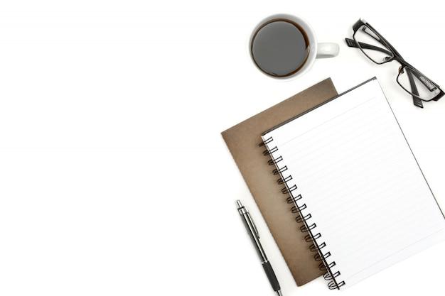Caderno em branco de vista superior, caneta e papel marrom na mesa branca