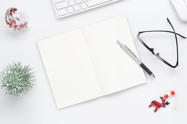 Caderno em branco e glsses com decoração chirstmas