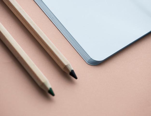 Caderno em branco e lápis isolado no fundo