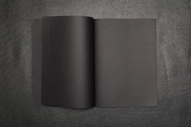 Caderno em branco em cima da mesa