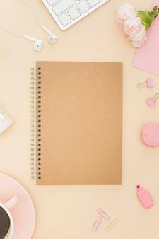 Caderno em branco na configuração plana