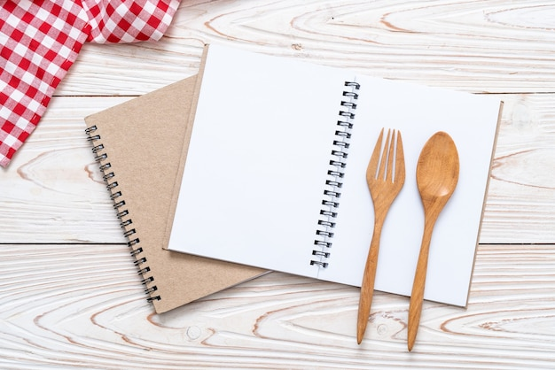 Caderno em branco na superfície de madeira
