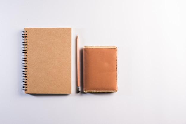 Caderno em branco no espaço de trabalho