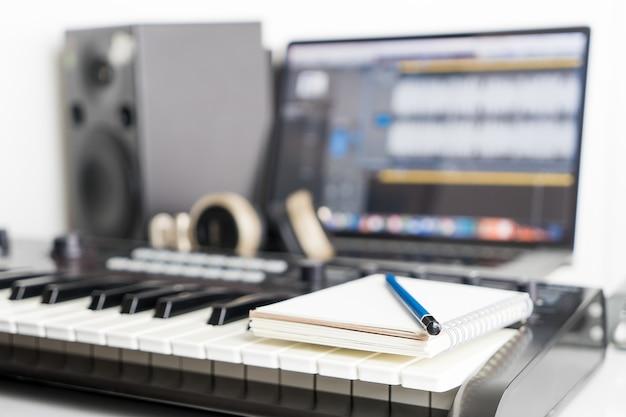 Caderno em branco no estúdio de música para escrever música