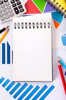 Caderno em branco no local de trabalho
