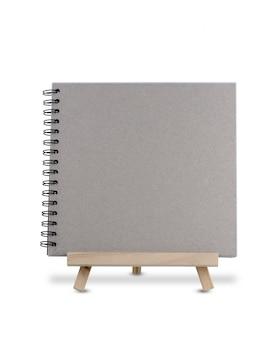 Caderno em branco no tripé de madeira em pé isolado