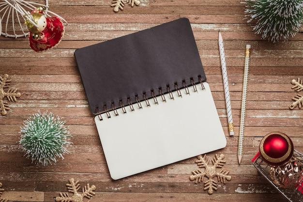 Caderno em branco para maquete na madeira para o fundo de natal