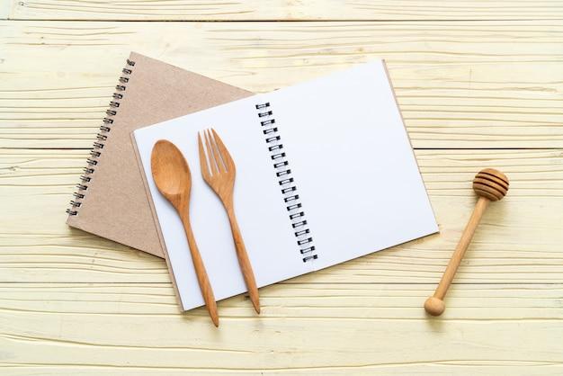 Caderno em branco para nota de texto na superfície de madeira com cópia sapce Foto Premium