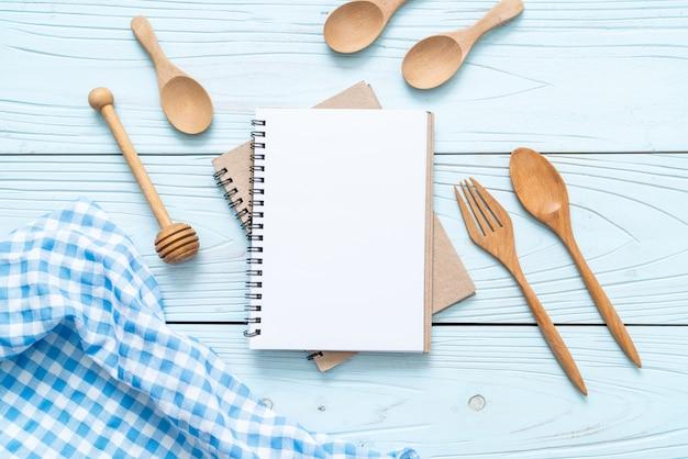 Caderno em branco para nota de texto na superfície de madeira com cópia sapce