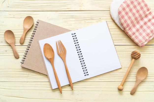 Caderno em branco para nota de texto na superfície de madeira