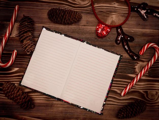 Caderno em branco para papai noel deseja registros em fundo de madeira revelado páginas do diário