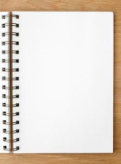 Caderno em branco pautado em uma mesa de madeira