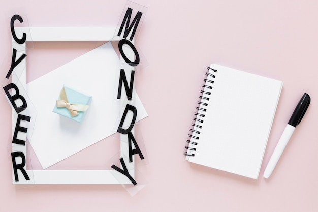 Caderno em branco perto de quadro de cyber segunda-feira